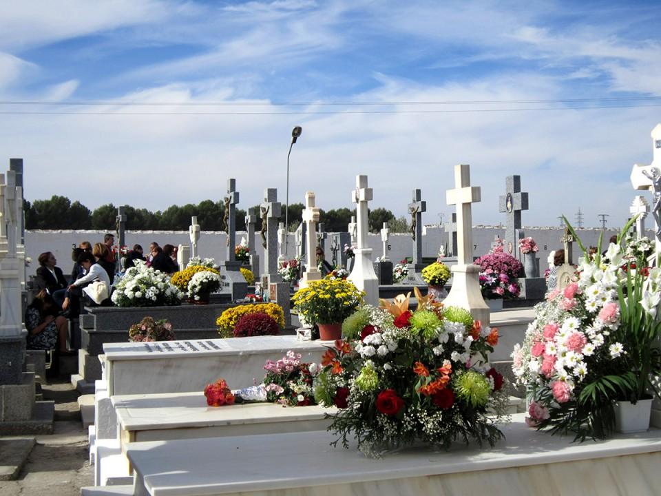 Miles de personas pasaron por el cementerio en el Día de Todos los Santos
