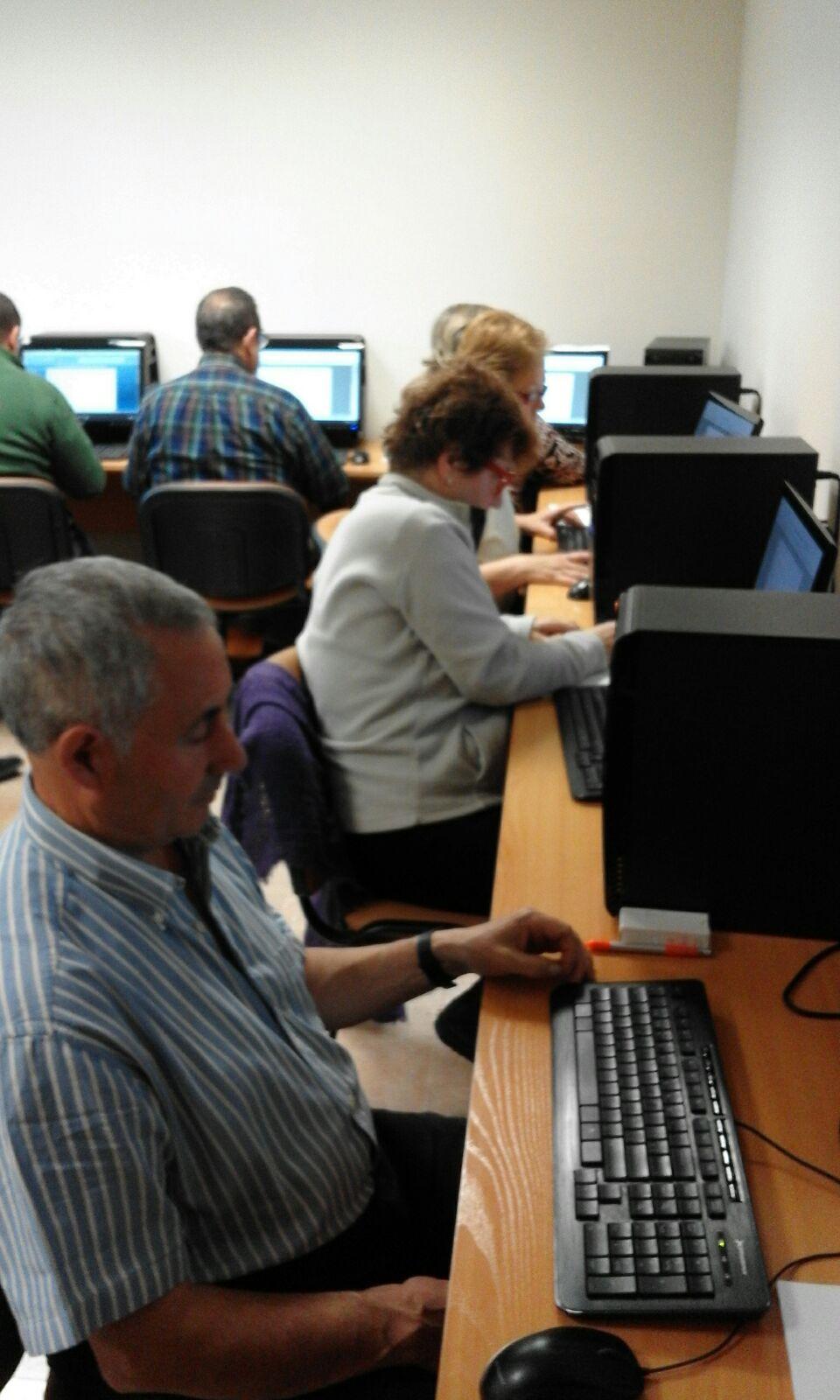 """Los mayores se forman para romper la """"brecha digital"""""""