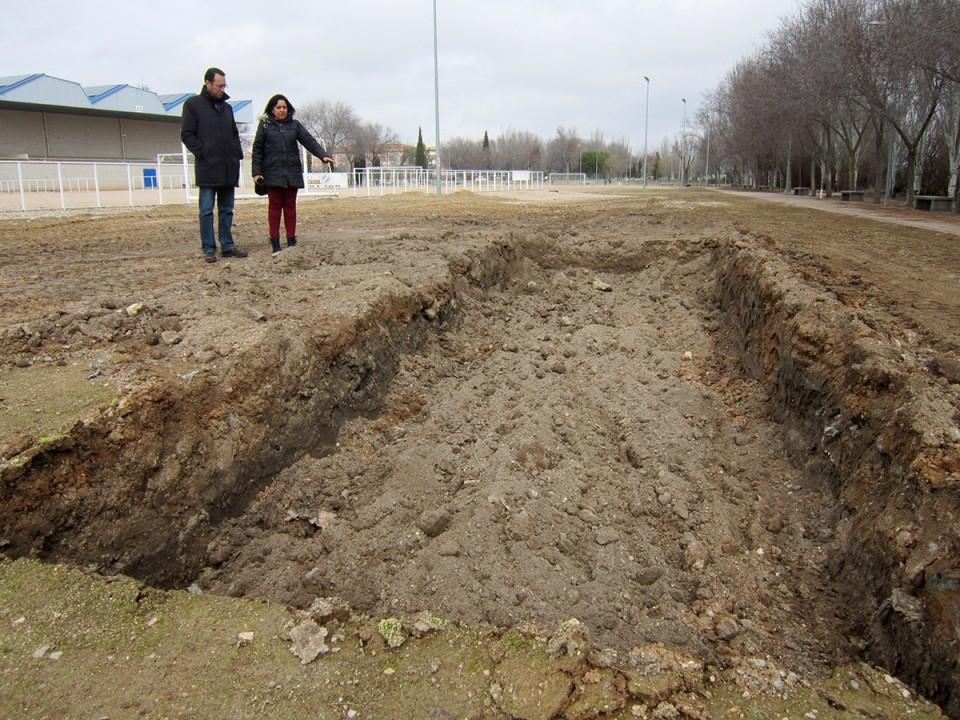 Visita a obras municipales, incluyendo un nuevo foso para saltos de longitud en la zona deportiva