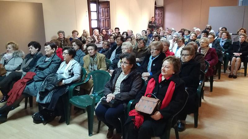 El académico de la RABACHT, Ángel Novillo, ofreció una charla a la asociación de Viudas de Villacañas