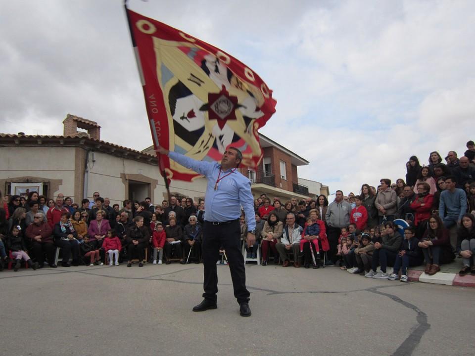 Los Danzantes del Cristo de la Viga ejecutan su danza ante la ermita de La Virgen