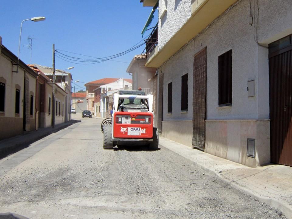 Trabajos de mejora del asfalto en varias calles de la localidad