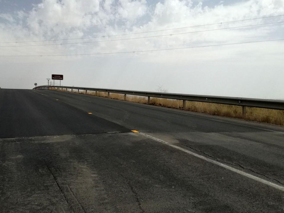 Mejora del asfalto en el puente de la CM-410 sobre la vía del ferrocarril