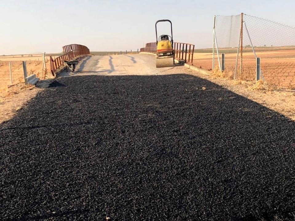 Mejora del asfalto en el puente del Palomar de Don Paco