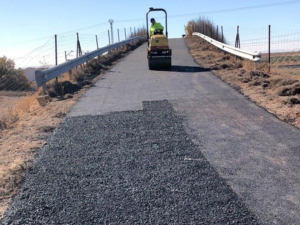 Nueva actuación de mejora del asfalto en puentes de caminos que cruzan las vías del ferrocarril