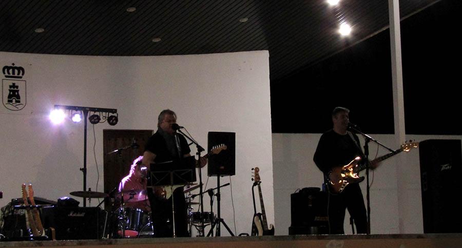 Puestos, bares y música en la primera Noche en la Glorieta