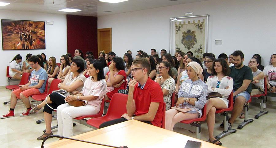 70 jóvenes estudiantes inician sus becas en el Ayuntamiento