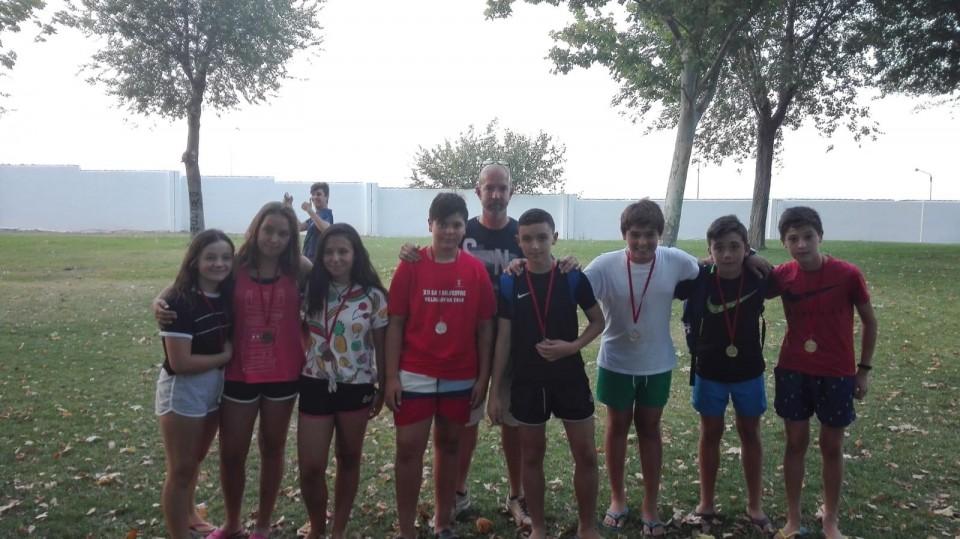 100 niños y niñas disfrutaron de la petanca en la Piscina Municipal