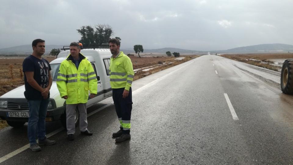 Las lluvias han provocado esta madrugada el corte de la carretera de Tembleque, por la que desde la mañana se puede circular con precaución por el agua
