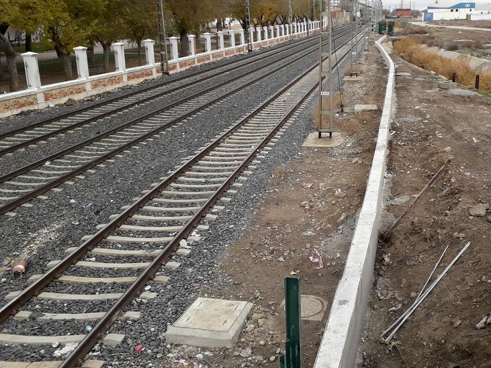 ADIF termina el último tamo de vallado de protección de las vías del tren