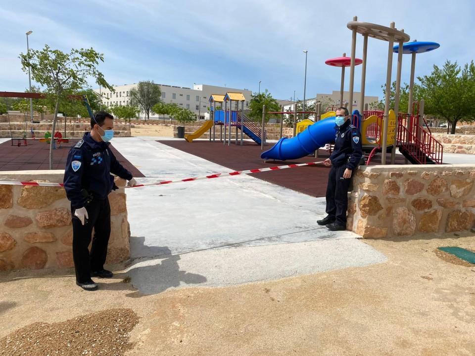 Se precintan los parques infantiles en previsión de las primeras salidas de menores a partir de mañana domingo